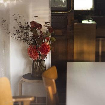 お洒落なおうちのインスタグラムでよく見かけるホルムガードのフローラベース。二段になったガラスは、安定感があり、大きめの枝ものでも安心して飾れます。