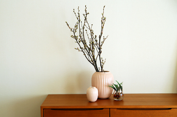 縦に入ったラインが、ふんわりと丸みを帯びてとても美しいケーラーのハンマースホイも、人気の高い花器のひとつです。口がすぼまっているので、枝の方向性を決めるのが簡単です。