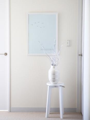 パールのオマジオには、ラッカーで同じ色味にした枝ものを飾って。白い空間にシルバーの枝ものを飾ると、こんなにも清廉な印象に。とても素敵です。