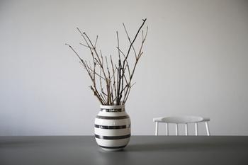 上品な縞模様のケーラーのオマジオシリーズは、お花を飾るだけではなく、こうした枝ものもよく似合います。花器にインパクトがあるので、シンプルな枝ものでもぐっとゴージャスに見せることができますね。