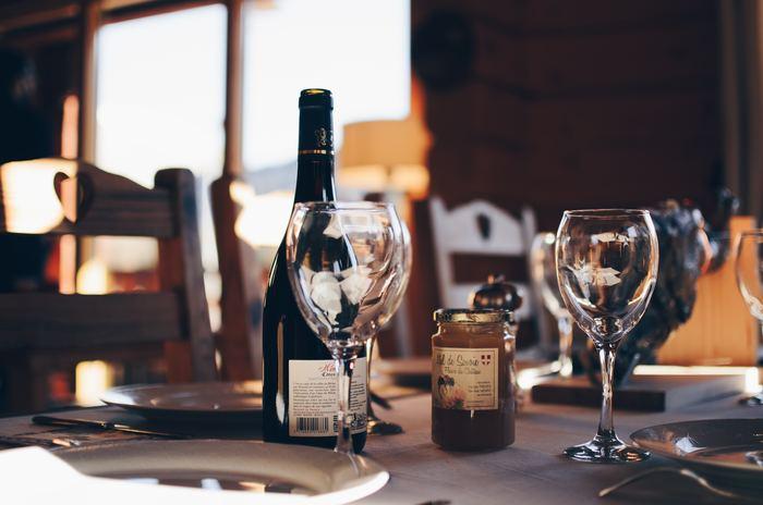 何度も結婚記念日を迎えている両親には外で食事ができるようにセッティングしてみませんか。昔、結婚記念日に2人で食べたねと思い出話をしたり、外食をすることでいつもと違う雰囲気を楽しんでもらいましょう。家族からのゆったりとできる時間のプレゼントで、両親にとってかけがえのない時間を振り返る時間になるといいですよね。