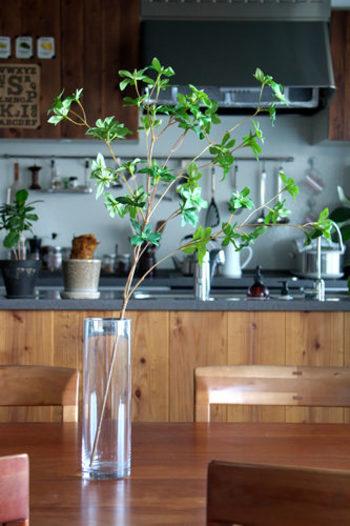 もう少し短めにカットした枝をひと枝だけ飾ると、食卓でも邪魔になりませんね。