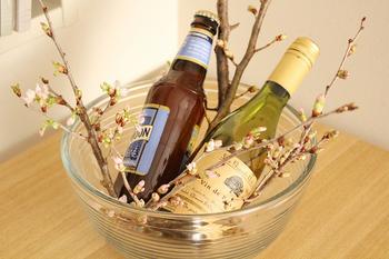 こちらはお客様がみえるホームパーティーで使いたいアイデア。お酒を冷やすときに、一緒に季節の枝ものを生けておくと雰囲気がぐっと良くなります。