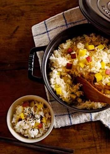 こちらも秋の味覚としてははずせない「さつま芋」。アク抜きさえしておけば後は炊飯器任せと簡単に炊けます。出汁や塩、もち米を加え、さつま芋のほくほく感と甘さを引き立てて。