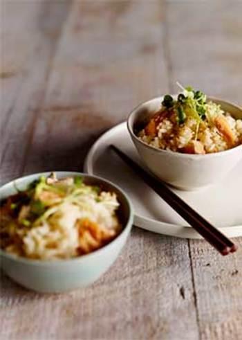 旬の秋鮭を贅沢に使った炊き込みご飯は、満足度の高いひと品に。あればもち米を少し加えることで、おこわのように、より美味しく炊き上げることができます。