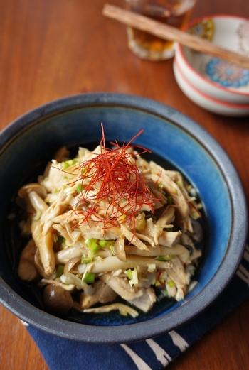 お酢の酸味と唐辛子のピリ辛がクセになる、ヘルシーな中華サラダのレシピ。ささみを使うので、レンジだけで調理できます。おかずはもちろん、ビールのおつまみにもおすすめです♪