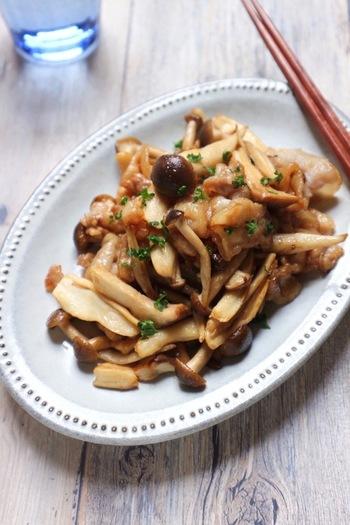 食材をちぎり、オイスターソースでササッと炒めて。包丁いらずのお手軽レシピです。豚バラ肉ときのこの旨味を引き立てるシンプルさ、ぜひ旬のしめじで作りたいですね。