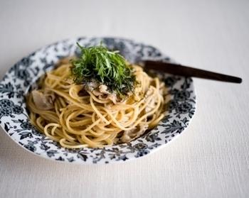 パスタの具材にすれば、より手軽に旬の味を楽しめます。わさび醤油味の和風パスタは、わさびの辛さと香りがクセになる味わいです。