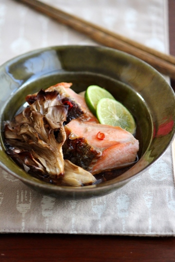 秋といえば、秋鮭も美味しい季節。焼き浸しなら、食材の味をシンプルに楽しむことができます。こんがりと焼いた秋の味覚に、さっぱりとしたすだちの酸味と香りが絶品!