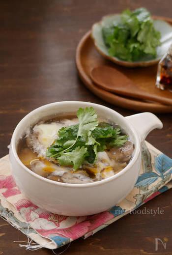 お酢の酸味とラー油の辛味がクセになるスパイシーなスープ。具材に卵を使っているのでまろやかな味わいも楽しめます。体調に合わせて酸味や辛味を調整してくださいね。