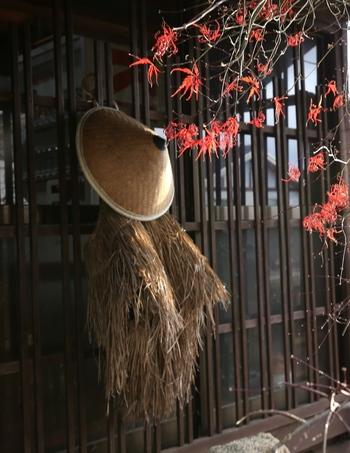 「妻籠宿(つまごじゅく)」では、伝統工芸品の「蘭桧笠(あららぎひのきがさ)」が作られています。江戸時代初期から300年を超える伝統があるこの笠は、桧(ひのき)の丸太を薄く削り、細い短冊状にしたものを編んで作ります。乾燥すると風通しが良く、水に濡れると膨張して目がつまることから、雨傘兼用の実用品として作り続けられてきました。生活に密着した品なのです。同じ工法のカゴなどもありますよ。街角で見かけるこんな光景も、日本の伝統工芸と地域の生活の結びつきを改めて感じさせてくれるひとコマです。