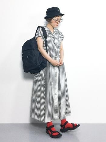 そんな時にサンダルと靴下の組み合わせって、とっても便利でとっても可愛いもの。夏から秋への季節の変わり目も、この技を使うことでスムーズに衣替えができるはず。