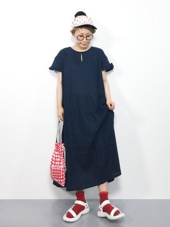 靴下は面積としては小さいもの。けれど全身のコーデにとって靴下の存在はとても大きいんです。写真のようにブラックコーデには、赤の差し色がぴったり。