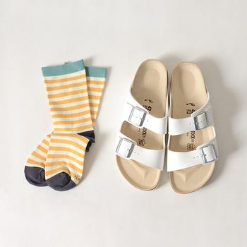 もちろん、無地の靴下だけではなく柄の靴下だってサンダルとの相性は◎特にボーダーは、合わせやすい便利アイテムです。定番のビルケンシュトックのサンダルも新鮮な印象に。