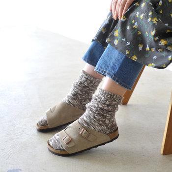 コンフォートサンダルといえば、代表的なBIRKENSTOCK(ビルケンシュトック)。定番モデルのZURICH(チューリッヒ)なら、サンダルよりも靴を履く感覚で足を支えてくれます。スエードレザーはほっこり靴下との相性もばっちり。