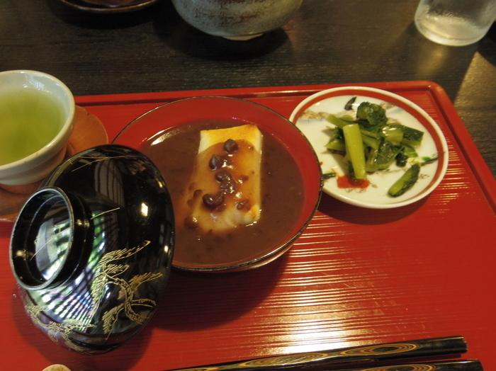 ほっこり優しい甘さのぜんざいには、自家製漬物と煎茶が付いています。ぜんざいが入ったお椀は江戸時代のもの!何百年経とうとも変わらない色艶を放つ漆器に感服します。お店には他にも、幻のコーヒーと称される豆、トアルコ・トラジャをサイフォンで淹れた特選珈琲や、ノンシュガー・ノンアルコールの甘酒などもあります。