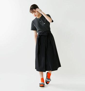 では、サンダルと靴下の素敵なコーディネートを見ていきましょう。履き心地が良すぎて手放したくないSUICOKE(スイコック)のサンダルには、オレンジの靴下を合わせて。視線が集中する足元で女性らしさがUP。