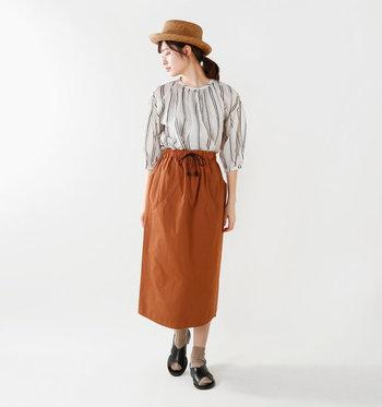 Church's(チャーチ)のサンダルRHONDAは、レザーとスタッズの組み合わせが大人の女性らしさを叶えてくれる、おすすめのサンダル。スカートに合わせて帽子と靴下も暖かい色をセレクト。