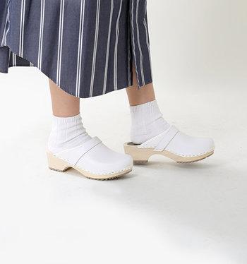 ほっこりかわいいサボサンダルに合わせた靴下コーデ。差し色を入れるのも素敵ですが、リラックスしたい日にはこんな白の靴下はいかがですか?昔から持っているワンピースやスカートも、なんだか印象が変わって見えるはず。