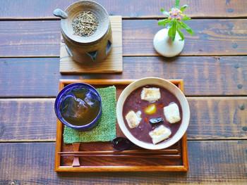夕暮れ時には、茶香炉(写真左上)に火が入れられ、香ばしくて豊かなお茶の香りが店内に広がりますよ。