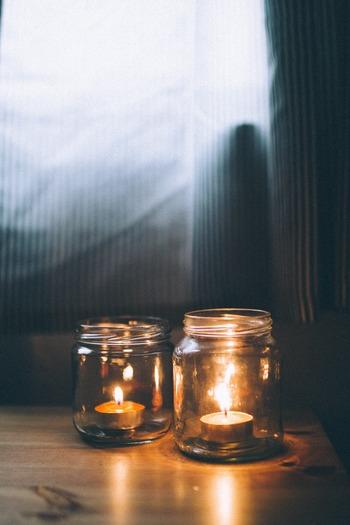 シンプルなキャンドルは、ガラス瓶に入れることでちょっと変わった雰囲気に。ガラス越しの火は、柔らかで優しい明かりとなります。