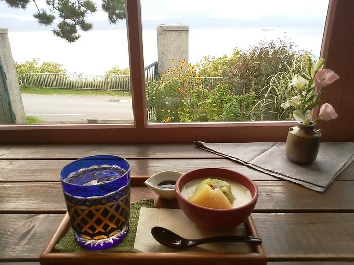 各地から茶葉を選りすぐった煎茶や玉露のほか、ほうじ茶や冷茶も楽しめます。日本茶にはお茶菓子がついてくるほか、くずプリンや冷やしぜんざいなどの甘味メニューも。
