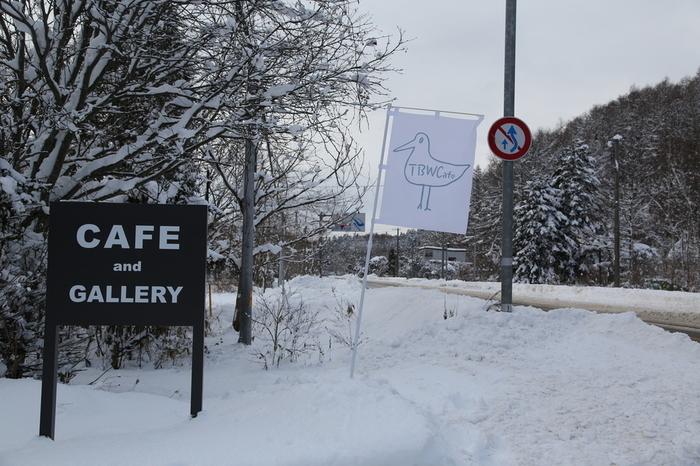 千歳市内と支笏湖を結ぶ道沿いに建つ一軒家カフェ「ザ バードウォッチング カフェ」。自然写真家の嶋田忠さんが運営するお店で、店内には作品ギャラリーが設けられています。
