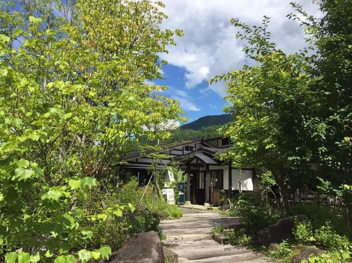 「カフェ深山(みやま)」は、奈良井駅のすぐ北側にある「道の駅 奈良井木曽大橋」駐車場そば。鳥の声が聞こえる林の中のカフェです。