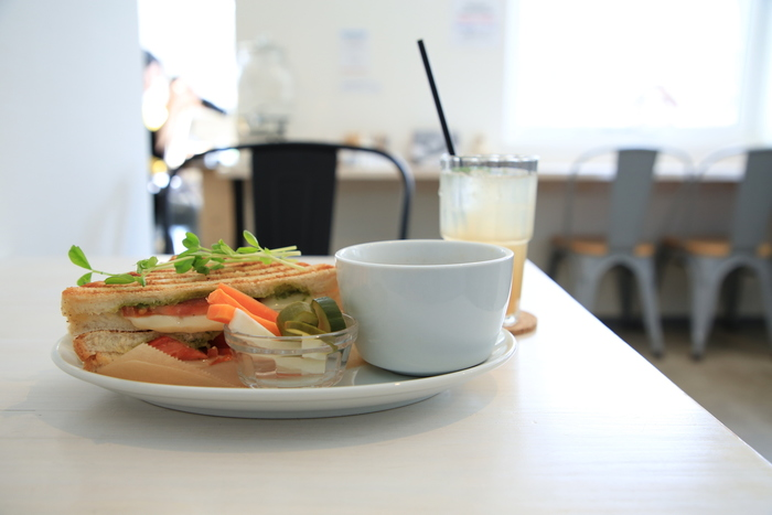 店内は、白が基調の明るくシンプルな空間。北海道産小麦で焼き上げたパンが香ばしいホットサンドが人気です。