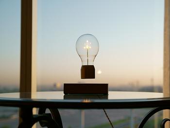 磁石の力でふわりと浮かぶ不思議な照明。機能はハイテクですが、ちょっと懐かしい佇まいです。眺めているだけで癒されそう。