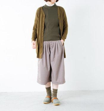 MOHEDA TOFFELN(モヘダトフェール)のウールサボは、夏よりも寒くなった季節に履きたくなるサンダル。オフィスで履き替えて、室内履きを楽しむというのもおすすめです。靴下とトップスの色を合わせて、全身がまとまりのあるコーデに。