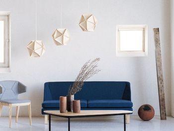 ナチュラルな印象のフェルト素材のシーリングランプ。シェード全体が照らされるように柔らかい光が灯ります。明かりをつけていなくてもオブジェになります。