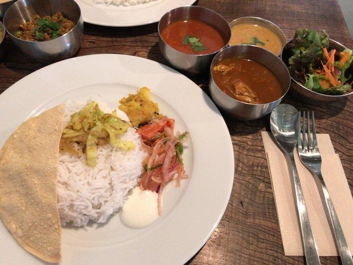 人気メニューは、インドで学んだ作り方をベースにしたインドカレー。「カフェでいただけるとは思えない!」という感想が出るほど本格的なお味が評判を呼んでいます。野菜はできる限り北海道産の無農薬・低農薬のものを使用、お肉も北海道産です。お米は、北海道産の低農薬米か、インド産の香り米、パスマティライスを選べます。