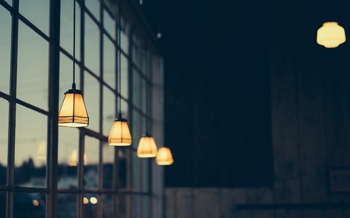 お部屋の雰囲気に合わせて照明を選ぶことで、ゆったりと落ち着いた時間を過ごすことができます。控えめで美しい明かりで、部屋にいる時間を特別なものにしてみませんか?
