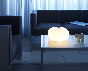 夜の時間をゆったりと過ごしたいなら、部屋全体ではなく、自分が過ごす場所だけを照らすことができる間接照明がおすすめです。テーブルやソファの近くなどに置きましょう。