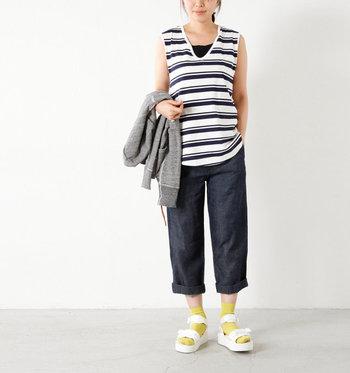 同じくスイコックのサンダルですが、女性に人気のベルトタイプに合わせたのは黄色の靴下。カジュアルダウンしやすいスポーツサンダルだからこそ、合わせる差し色で印象を変えてみて。