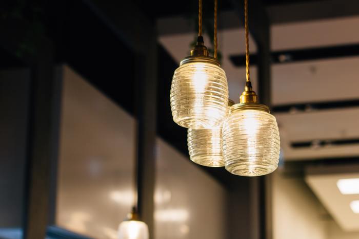 まぶしすぎない控えめな明かりが、素敵なお部屋にするポイントです。落ち着いた雰囲気にしたいなら、電球の色は、白っぽい昼白色や昼光色よりオレンジ色の電球色がおすすめです。