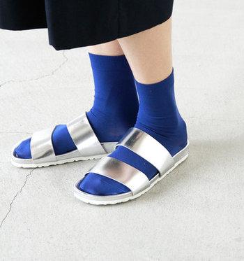 お手頃にコーデの印象を変えられるのも、靴下の良いところ。薄手のソックスにメタリックのサンダルを合わせると、いつものコーデが一気にモード感UP。