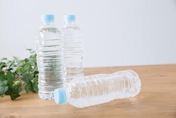 ウイルスなどはうがいで出してしまうのも効果的ですが、出先などでうがいが中々できない時には、飲み物で胃の中に流してしまうのも効果的だそう。喉もつねに潤った状態にしておくことが大切なので、こまめな水分補給を心がけてください。刺激物などはNGですので、できれば水や白湯、お茶などがおすすめです。