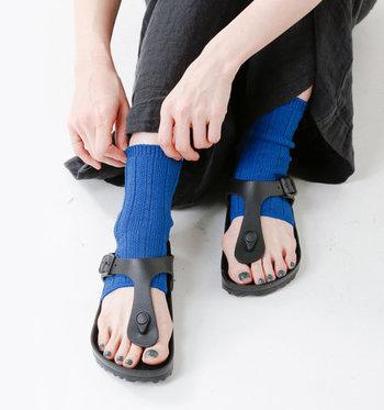 トング型のサンダルが好きだけど靴下も履きたいという方にも、サンダル用ソックスやレッグウォーマーがおすすめです。靴下×ネイルのカラーも真似したいですね。