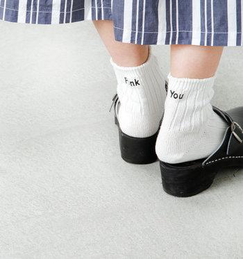 前を歩いている人がこんな靴下を履いていたら、思わず微笑んでしまいそう。パンツを履いていれば見えなくなっちゃうメッセージも、サンダルを合わせれば主役級に大変身。