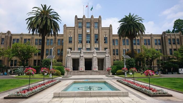 大きなヤシの木が印象的な「宮崎県庁舎本館」は、昭和7年に建設されたネオ・ゴシック様式の建物で、現在も庁舎として使わています。装飾柱やレリーフが美しく荘厳で優美な姿は、平成29年国登録有形文化財になりました。予約なしで中の見学ができる日もあるので、立ち寄ってみてくださいね。