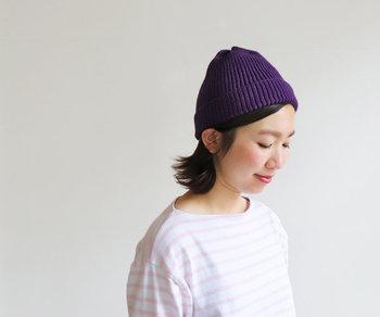 洋服にパープルを持ってくるのに抵抗がある方は、小物で取り入れるのがおすすめ。こんな深いパープルカラーのニット帽なら、Tシャツに合わせるだけで大人カジュアルなコーディネートに仕上がります。