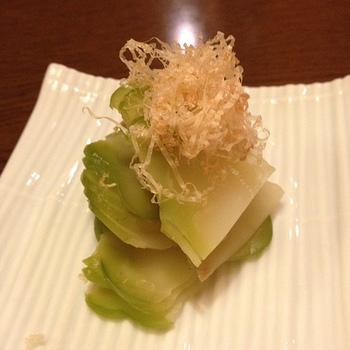 また、ザーサイの生の野菜も、たいへん珍しいながらも日本で手に入ることもあります。葉っぱは炒めたり、こぶは漬物などにして楽しめます。