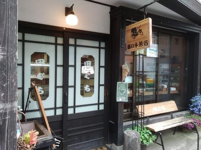 木曽福島駅から約700m、その昔、自転車でアイスを売りに来ていた懐かしい時代を彷彿とさせる看板を掲げた「田口氷菓店」。春から10月末までの期間営業の、手作りジェラートの店です。昭和レトロな雰囲気がとっても魅力的です。