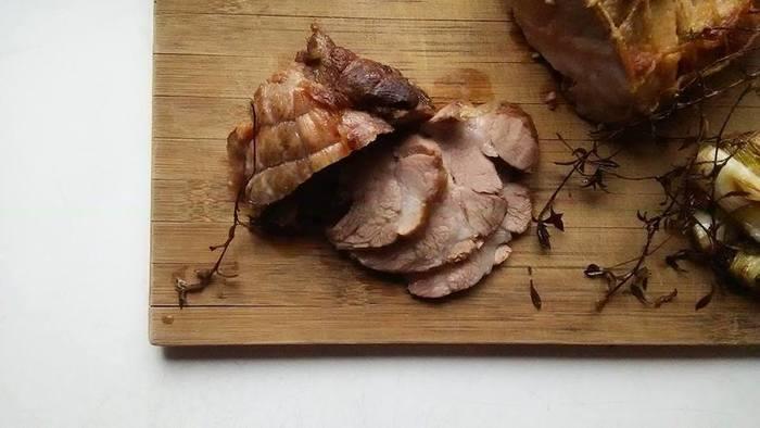 【ハーブで作る豚のロースト】 喉の炎症を抑える効果があるとされるタイムを使った豚のロースト。そのままでももちろん美味しいですが、ポトフや炒めものなどにアレンジしても美味しそうです。