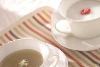 【しょうがのくず湯】 体と同じく喉も冷やすのはよくないので、喉の不調を感じる時は温かいものがおすすめ。生姜と並んで喉によいとされているはちみつと生姜を、喉が痛い時にもトロっとしていて飲みやすいくず湯で美味しくいただきましょう。