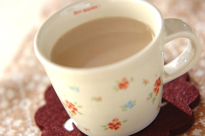 【ジンジャーソイミルク】 生姜汁と人肌程度に温めた豆乳をカップに入れ、そこに三温糖を加えた紅茶を注いで完成!朝だけでなくリラックスタイムにもおすすめのほっこり優しい甘さのドリンクです。