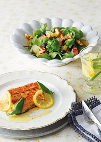 オレンジ、グレープフルーツ、ブルーベリーと果物をふんだんに使ったジューシーなサラダ。みずみずしい柑橘類の甘酸っぱさが小気味いいアクセントになってくれそう。