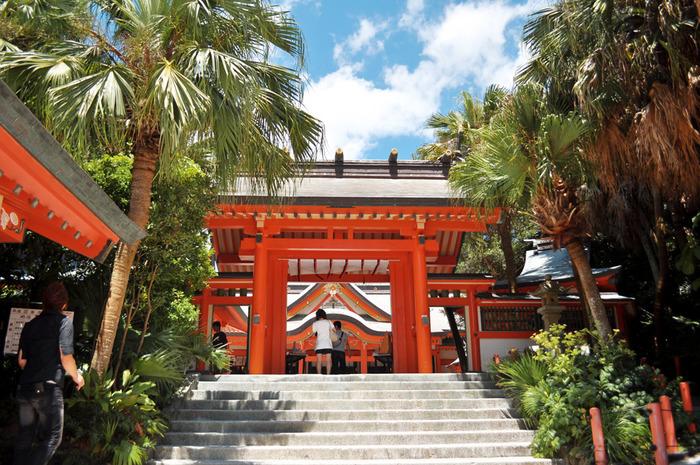 820年以上の歴史を持つ青島神社は、縁結びの神様として知られています。霊域とされた島内には、江戸時代までは一般の人は入れなかったのだそう。神秘的な島ですね。